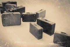 Grupo de mala de viagem do vintage no assoalho telhado, estilizado retro Imagens de Stock Royalty Free