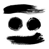Grupo de manchas do curso da escova da tinta Listra da pintura do Grunge Bandeira afligida Coleção preta do pincel ilustração do vetor