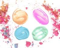 Grupo de manchas redondas da textura cosmética isoladas no branco com sombra do esmagamento fotos de stock