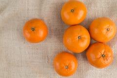 Grupo de mandarinas en fondo del saco de la arpillera imagen de archivo libre de regalías