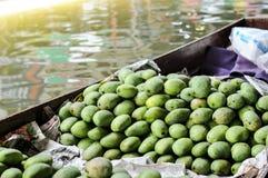 Grupo de mangos verdes, frutas tropicales Fotos de archivo