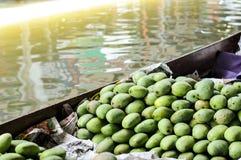 Grupo de mangos verdes, frutas tropicales Imagenes de archivo