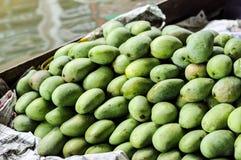 Grupo de mangos verdes, frutas tropicales Foto de archivo