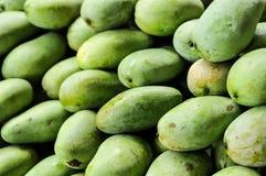 Grupo de mangos verdes, frutas tropicales Fotografía de archivo libre de regalías