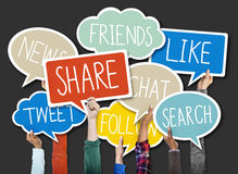Grupo de manos que llevan a cabo burbujas del discurso con conceptos sociales del problema Fotos de archivo libres de regalías