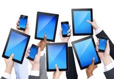 Grupo de manos que llevan a cabo los dispositivos de comunicación imágenes de archivo libres de regalías