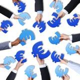 Grupo de manos que llevan a cabo símbolo de moneda europeo Fotos de archivo