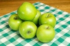 Grupo de manzanas del granny smith Imagen de archivo libre de regalías