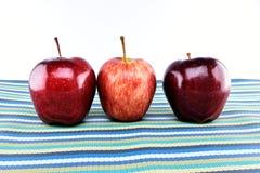 Grupo de manzanas rojas en mantelería Fotografía de archivo libre de regalías