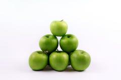 Grupo de manzanas verdes en un fondo blanco Foto de archivo libre de regalías
