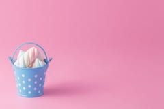 Grupo de marshmallow torcido na cubeta Imagem de Stock Royalty Free