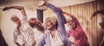 Grupo de mayores que hacen ejercicios con la enfermera imagen de archivo libre de regalías