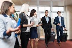 Grupo de Meeting Business People do recepcionista do hotel na entrada Foto de Stock Royalty Free