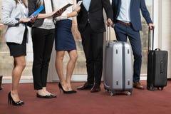 Grupo de Meeting Business People do recepcionista do hotel na entrada Imagens de Stock