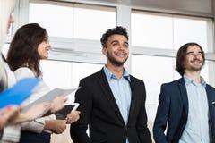 Grupo de Meeting Business People do recepcionista do hotel na entrada Imagem de Stock