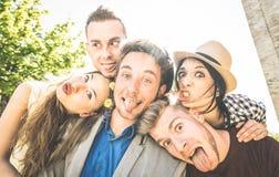 Grupo de mejores amigos que toman el selfie al aire libre con la iluminación trasera Fotos de archivo