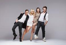 Grupo de amigos felizes que fazem a pose engraçada Fotografia de Stock