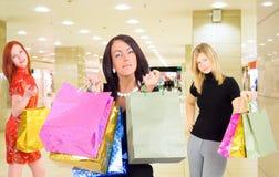 Grupo de meninas de compra em uma alameda imagem de stock