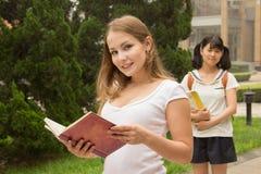 Grupo de meninas do estudante no campus universitário imagens de stock