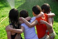 Grupo de meninas e de sistema de extinção de incêndios Fotos de Stock Royalty Free