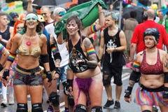 Grupo de meninas felizes da patinagem de rolo na roupa espetacular Fotografia de Stock