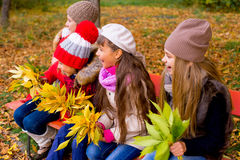 Grupo de meninas no parque do outono no brench Fotografia de Stock Royalty Free