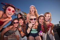 Grupo de meninas que fundem bolhas fotografia de stock