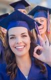 Grupo de meninas que graduam-se na comemoração do tampão e do vestido imagem de stock royalty free