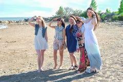 Grupo de meninas que olham afastado na praia fotografia de stock royalty free