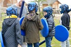 Grupo de meninos de escola que preparam-se para o treinamento da luta Fotografia de Stock
