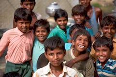 Grupo de meninos indianos alegres que levantam na frente da câmera dentro me Fotos de Stock Royalty Free