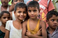 Grupo de meninos indianos alegres que levantam na frente da câmera dentro me Fotos de Stock