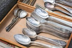 Grupo de mercadorias de prata velhos em uma feira da ladra foto de stock royalty free