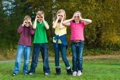 Grupo de miúdos com binóculos falsificados. Imagens de Stock