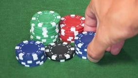 Grupo de microplaquetas do casino na tabela verde filme