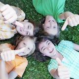 Grupo de miúdos com polegares acima Imagens de Stock Royalty Free
