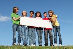 Grupo de miúdos felizes, sinal em branco Fotografia de Stock Royalty Free