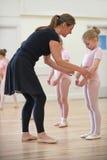 Grupo de moças com classe de In Ballet Dancing do professor fotos de stock royalty free