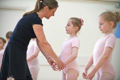 Grupo de moças com classe de In Ballet Dancing do professor imagem de stock