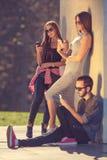 Grupo de modernos novos que conversam por telefones Imagens de Stock Royalty Free