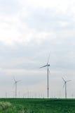 Grupo de molinoes de viento para la producción energética eléctrica renovable Imagen de archivo libre de regalías
