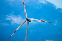 Grupo de molinoes de viento para la producción energética eléctrica renovable Fotos de archivo libres de regalías