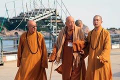 Grupo de monjes budistas en el embarcadero de la isla Putuoshan Imagen de archivo libre de regalías