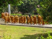 Grupo de monjes en el monasterio budista de Mendut, Java, Indonesia imagenes de archivo