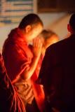Grupo de monjes que ruegan en Katmandu Imagen de archivo