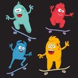 Grupo de monstro alegre e colorido dos desenhos animados que monta skates Vetor Fotografia de Stock