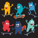 Grupo de monstro alegre e colorido dos desenhos animados que monta skates Vetor Imagens de Stock