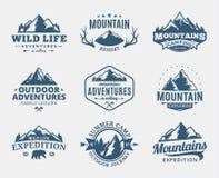 Grupo de montanha do vetor e de logotipo exterior das aventuras ilustração do vetor