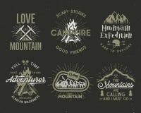 Grupo de montanha e de crachás scouting Etiquetas, emblemas de escalada da expedição das montanhas, vintage que caminha logotipos ilustração do vetor