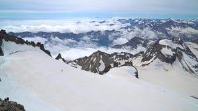 Grupo de montanhistas nos cumes vídeos de arquivo